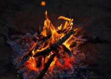 Liten brand skingrar mörkret på en picknick i bygden Royaltyfri Fotografi