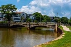 Liten bro över en sjö Arkivbilder