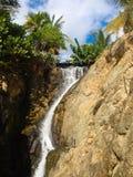 Liten bro över vattenfallet Royaltyfri Bild