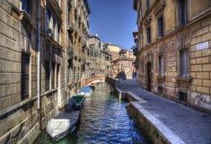Liten bro och kanal i Venedig, Italien royaltyfria bilder