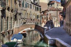 Liten bro och kanal i Venedig, Italien royaltyfri fotografi