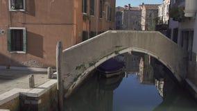 Liten bro p? en kanal i Venedig med historiska byggnader stock video