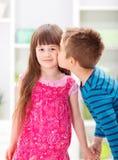 Liten broder som kysser hans syster Arkivfoto