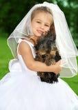 Liten brudtärna med den gulliga hunden Fotografering för Bildbyråer