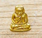 Liten buddha bild som används som amuletter på trä Royaltyfri Bild