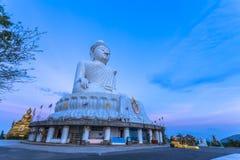 Liten Buddhabild framme av den vita stora Buddha Royaltyfri Fotografi
