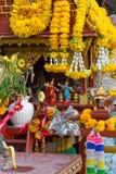 Liten buddhismrelikskrin med dekorerade blommor Royaltyfri Foto
