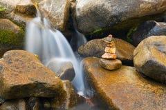 liten buntstenvattenfall Royaltyfri Fotografi