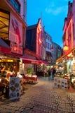 Liten cafe på de gammala gatorna av Bryssel Royaltyfria Bilder