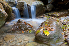 liten cascadeonbergflod arkivfoton