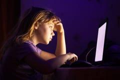 Liten Caucasian flicka som arbetar på bärbara datorn Royaltyfri Bild