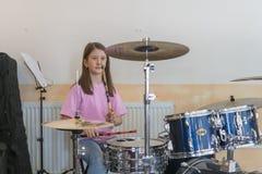 Liten caucasian flickahandelsresande som spelar den elettronic valssatsen och shuoting Tonåriga flickor har gyckel som spelar val arkivfoto