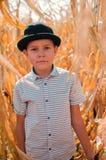Liten caucasian pojke på havrelantgården säsong för fantasiskördmontage Lycklig Smi arkivfoto