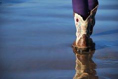 Liten cowboy Boots på sanden Royaltyfri Bild