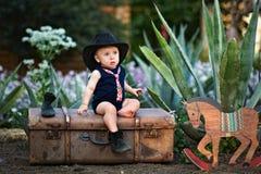 Liten cowboy i trädgården royaltyfri fotografi