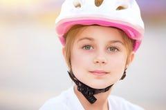 Liten cyklistflickastående Arkivbild