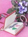 Liten dagbok med lavendel och hjärtor Royaltyfri Fotografi