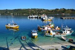 Liten Dalcahue hamn på den Chiloe ön, Chile royaltyfri fotografi