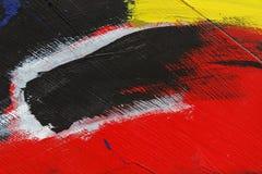 Liten del av den målade metallväggen med svart, röd guling och whit royaltyfri fotografi