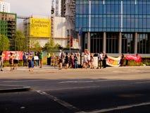 Liten demonstration utanför USA ambassaden i London Förenade kungariket Royaltyfri Bild