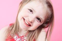 Liten dockaflicka för gulligt mode i rosa bakgrund Fotografering för Bildbyråer