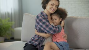 Liten dotter som smyga sig stramt till den älskade modern, fullt förtroende och affektion stock video