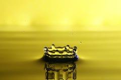 Liten droppe av vatten från en färgstänk Arkivbild
