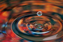 liten droppe isolerat vatten Arkivbild