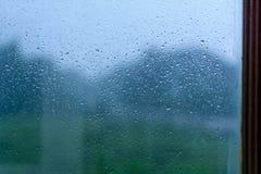 Liten droppebokeh och regn på en glass bakgrund Arkivbild