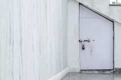 Liten dörr på marmorväggen Royaltyfri Fotografi