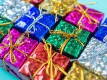 Liten färgrik bakgrund för gåvaaskar royaltyfri bild