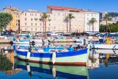 Liten färgrik träfiskebåt, Korsika Royaltyfria Foton