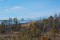 Liten färja i det kalla baltiska havet Arkivbild