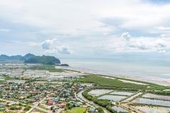 Liten by för flyg- sikt nära stranden på Khao Sam Roi Yot National Park Arkivfoton