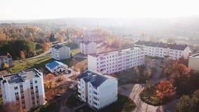 Liten by för höst under solnedgång stock video