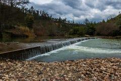 Liten fördämning för Alva flod, Penacova, Portugal Arkivfoton