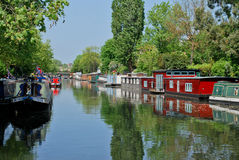 liten förtöjd narrowboatspaddington venice Fotografering för Bildbyråer