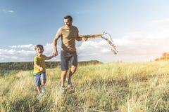 Liten familj som tycker om härlig dag på naturen fotografering för bildbyråer