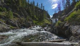 Liten Firehole flod nära mystikernedgångarna Arkivfoton