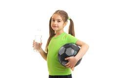 Liten firl efter övande drinkar för fotboll ett vatten Fotografering för Bildbyråer