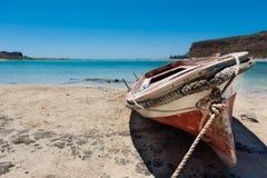 Liten Fisherboat på stranden Arkivfoto