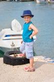 Liten fishman nära fartyget i sommar Royaltyfri Fotografi