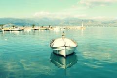 Liten fiskebåt i liten marina Arkivfoton