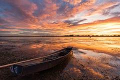 Liten fiskebåt i skymning Royaltyfri Foto