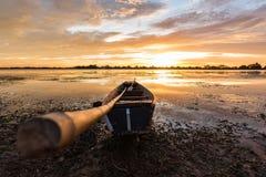 Liten fiskebåt i skymning Fotografering för Bildbyråer