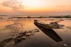 Liten fiskebåt i skymning Arkivbild
