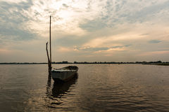 Liten fiskebåt i skymning Arkivfoto