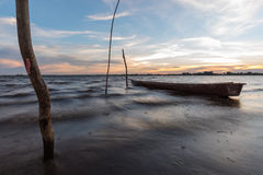 Liten fiskebåt i solnedgång Arkivfoto