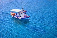 Liten fiskebåt på havet arkivfoton