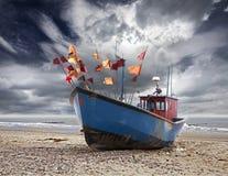 Liten fiskebåt på kusten av Östersjön. Arkivfoton